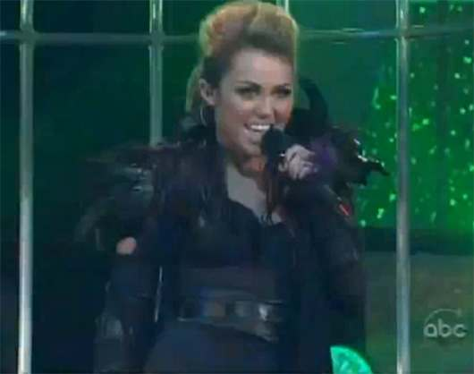 Miley-Cyrus-Cant-Be-Tamed-live