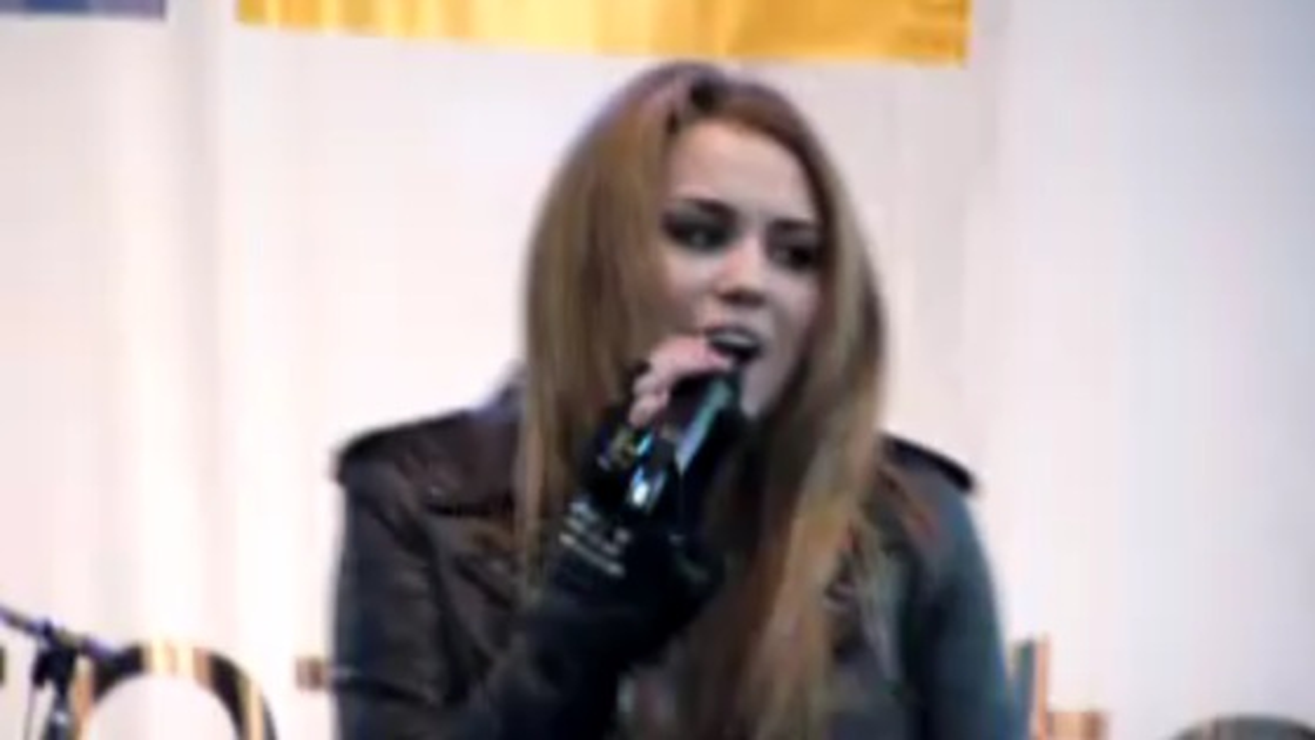 Miley-Cyrus-Microsoft-Store