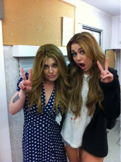 Miley Cyrus Kelly Osbourne Peace 250x334 Kelly Osbourne liebt Miley Cyrus