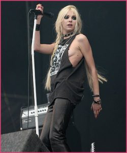 Taylor-Momsen-The-Pretty-Reckless-Download-Festival-250x301