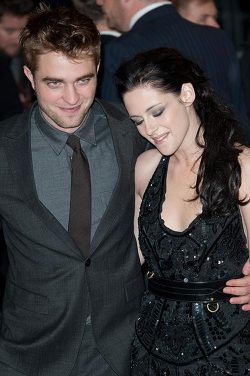 Breaking Dawn UK Premiere Robert Pattinson Kristen Stewart 3 250x376 Robert Pattinson und Kristen Stewart kuscheln wieder!