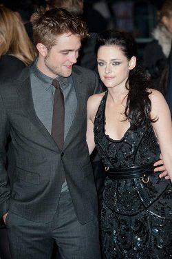 Breaking Dawn UK Premiere Robert Pattinson Kristen Stewart 4 250x376 Robert Pattinson glaubt an die Liebe