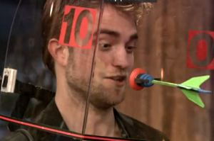 Jimmy Fallon Robert Pattinson on Robert Pattinson Dart Jimmy Fallon Robert Pattinson Spielt Dart Mit
