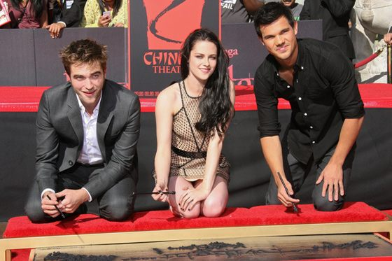 Robert Pattinson Kristen Stewart Taylor Lautner Footprint Ceremony 3 Foto