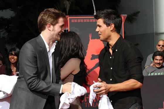 Robert Pattinson Taylor Lautner Footprint Ceremony 2 Robert Pattinson & Taylor Lautner auf Cosmopolitans Sexy Men Liste