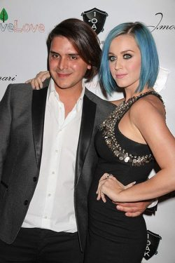 Katy Perry 1OAK Nightclub 5 250x375 Katy Perry händchenhaltend bei Charity Event