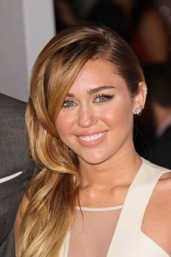Miley Cyrus Peoples Choice Awards 2012 1 250x375 Miley Cyrus mit neuem Plattenlabel?