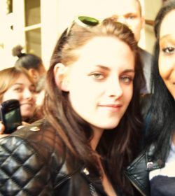 Kristen Stewart Paris Fanbild 250x280 Robert Pattinson shoppt in New York, Kristen Stewart solo in Paris