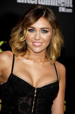 Miley Cyrus Hunger Games Premiere LA 3 250x379 Miley Cyrus bekommt World Wish Day Star Award