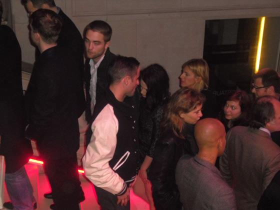 Robert Pattinson Kristen Stewart Louis Vuitton Louvre Robert Pattinson & Kristen Stewart bei Louis Vuitton Ausstellung