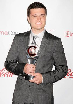 Josh Hutcherson CinemaCon 2012 250x354 Josh Hutcherson liebt Tattoos!