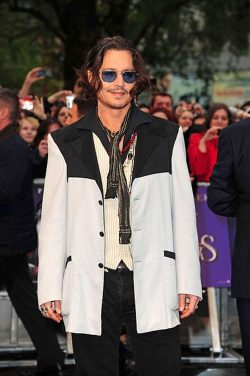 Johnny Depp Dark Shadows UK Premiere 1 250x376 Johnny Depp: Dark Shadows Premiere in London