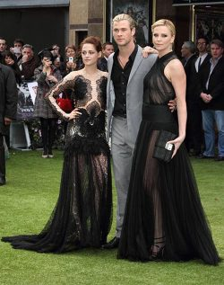 Kristen Stewart Chris Hemsworth Charlize Theron Snow White Weltpremiere 2 250x317 Snow White and the Huntsman mit Kristen Stewart   Weltpremiere in London