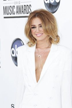 Miley Cyrus Billboard Awards 2012 2 250x375 Miley Cyrus: Tiefer Ausschnitt bei den Billboard Music Awards 2012!