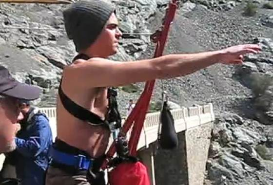 Zac Efron Bungee Jumping Zac Efron beim Bungee Jumping (Video)