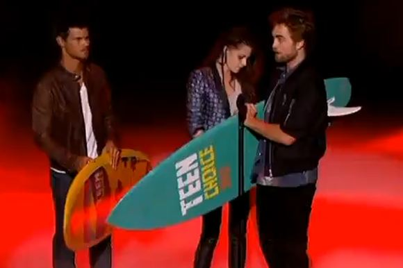 Robert Pattinson Kristen Stewart Taylor Lautner Teen Choice Awards 2012 Teen Choice Awards: Robert Pattinson verschenkt sein Surfbrett, Kristen Stewart gewinnt solo