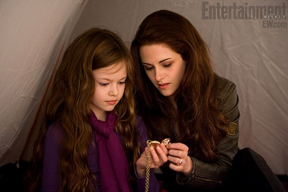 Breaking Dawn 2 Renesmee Bella Swan Breaking Dawn 2: Kristen Stewart & Mackenzie Foy auf neuem Still