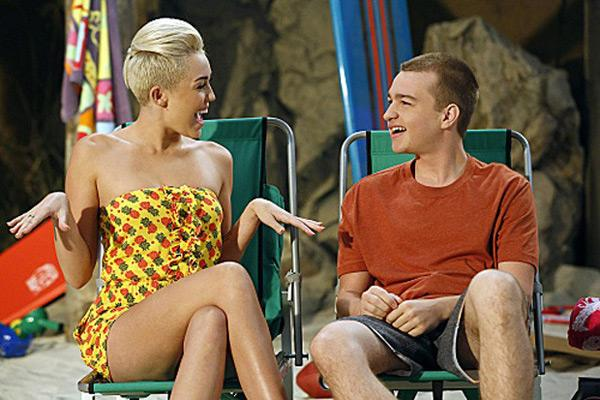 Miley Cyrus Angus T Jones Two and a Half Men 3 Angus T. Jones schwärmt für Miley Cyrus