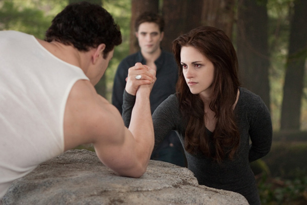 Breaking Dawn 2 Still Oktober 12 Breaking Dawn 2 Clip: Bella macht Armdrücken mit Emmett