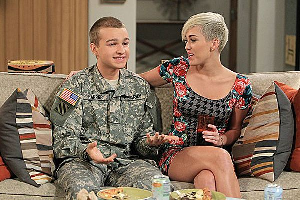 Miley Cyrus Two and a Half Men Episode 2 1 Miley Cyrus bei Two and a Half Men: Bilder von Folge zwei