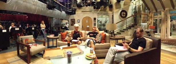 Miley-Cyrus-Two-and-a-Half-Men-Set