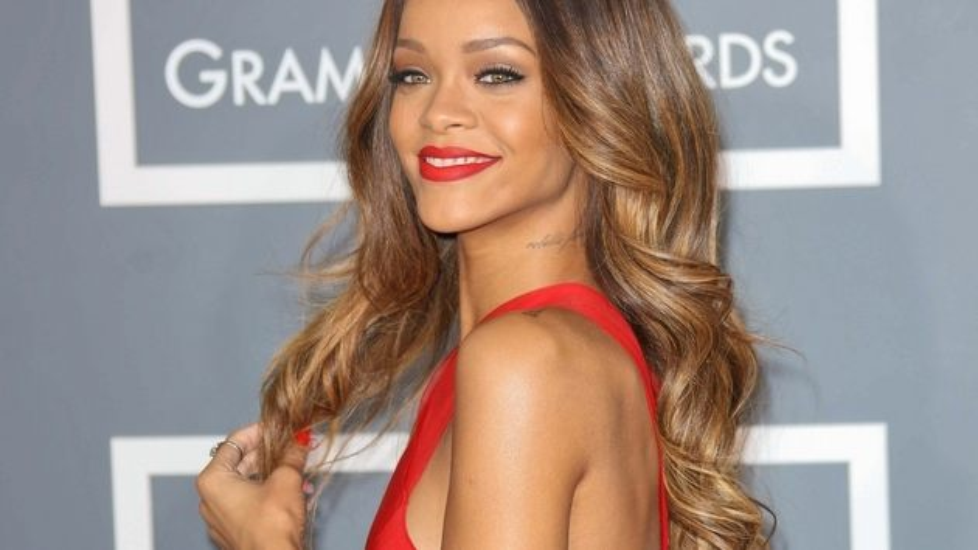 Rihanna-Grammy-2013-Featured