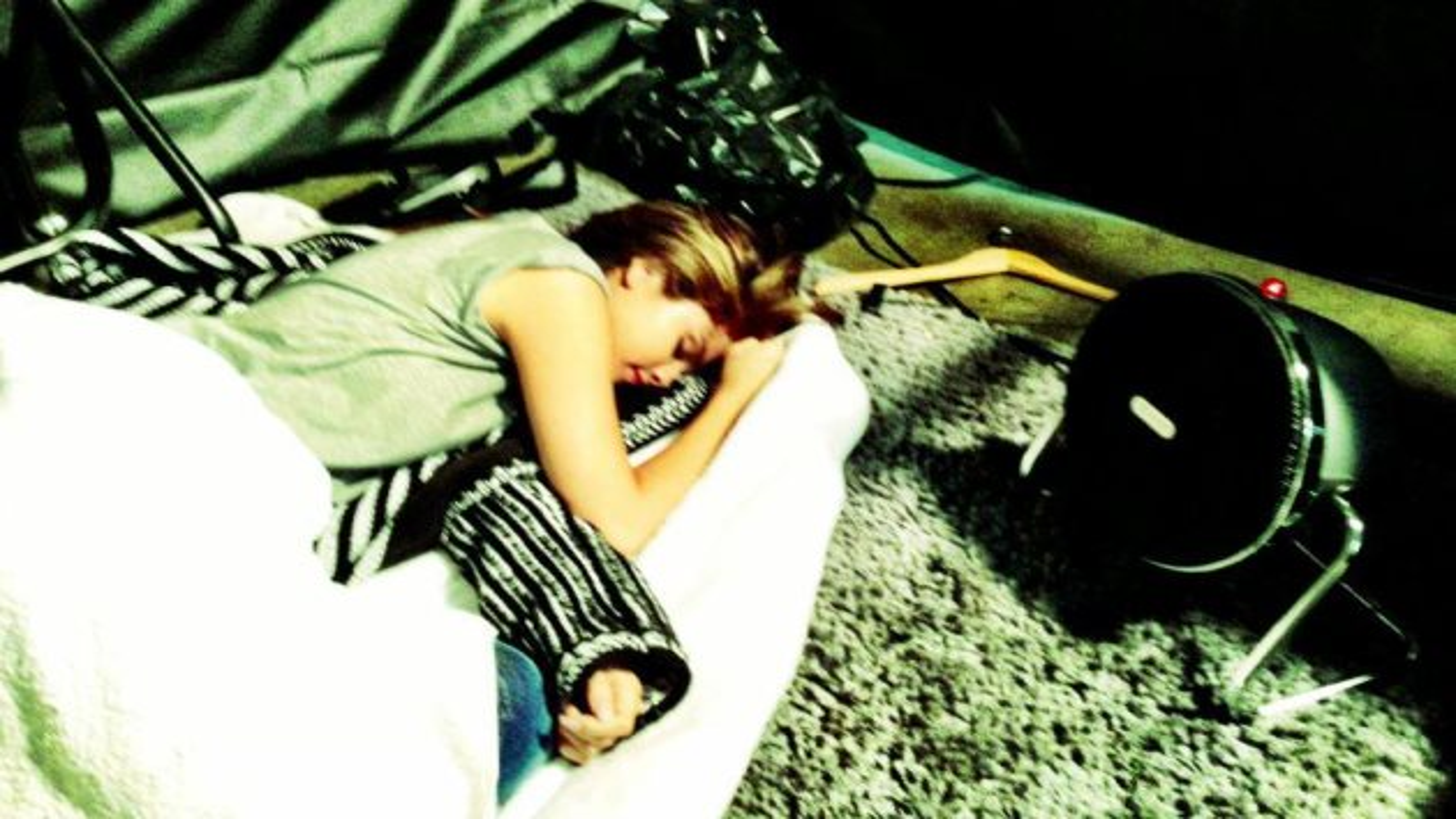 Selena-Gomez-Europa-2013-Facebook