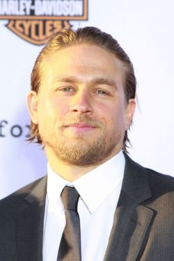 Charlie-Hunnam-Sons-Of-Anarchy-Premiere-06-250x375