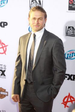Charlie-Hunnam-Sons-Of-Anarchy-Premiere-08-250x375