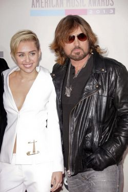 Miley-Billy-Ray-Cyrus-American-Music-Awards-2013-3-250x375
