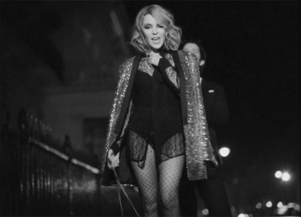 Kylie-Minogue-Into-The-Blue-Musikvideo