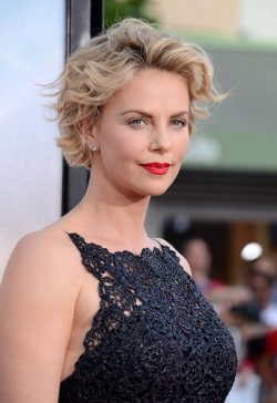 Charlize-Theron-A-Million-Ways-to-Die-in-the-West-Premiere-2-250x364