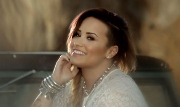 Demi-Lovato-The-Vamps-Somebody-To-You-Musikvideo