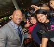 Dwayne Johnson mit seinen Fans | Victor Chavez/Getty Images for Paramount Pictures International