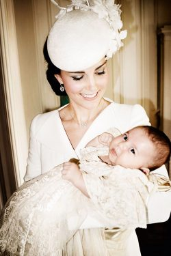 Kate-Middleton-Prinzessin-Charlotte-Taufe-250x375