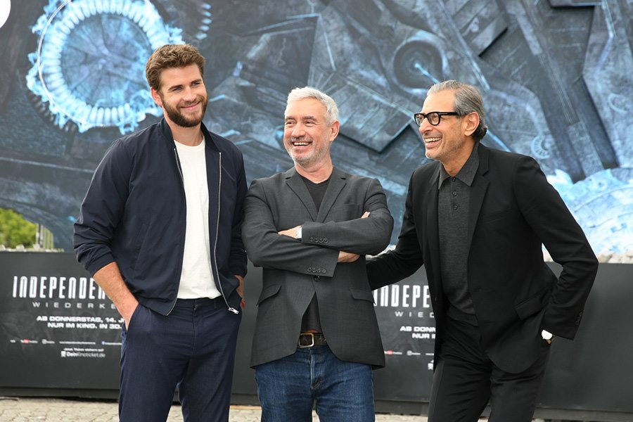 Independence-Day-Photocall-Berlin-Liam-Hemsworth-Roland-Emmerich-Jeff-Goldblum-4
