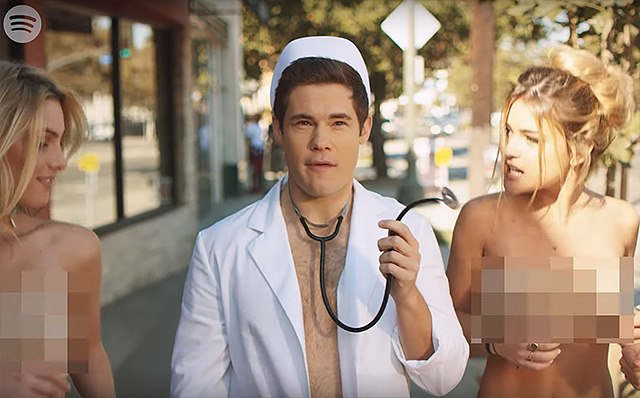 Shes-Out-Of-Her-Mind-Adam-Devine-Blink-182-Musikvideo