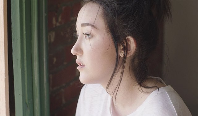 Noah-Cyrus-Make-Me-Cry-Musikvideo