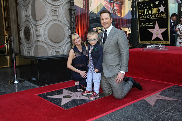Chris-Pratt-Stern-Walk-of-Fame-Anna-Faris-Sohn-Jack-4