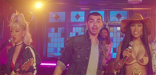 DNCE-Nicki-Minaj-Kissing-Strangers-Musikvideo