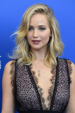 Mother-Jennifer-Lawrence-Photocall-Venedig-10-250x375